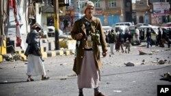 Un yemeni chií houtí monta guardia en una calle cercana al palacio presidencial de Saná, la capital de Yemen.
