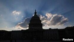 Ngoại trưởng Mỹ nói tình trạng bế tắc tài chính 'chỉ là một thời khắc trong chính trường ở Washington', và bày tỏ cam kết của Tòa Bạch Ốc nhằm giải quyết vấn đề này.
