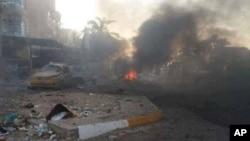 Khói bốc lên từ hiện trường một vụ đánh bom xe ở Kadhimiya, Baghdad, Thứ Bảy 10/8/2013