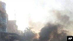 10일 바그다드 카드히미야에서 발생한 폭탄 공격으로 검은 연기가 주위를 덥고 있는 모습