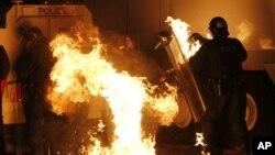 Бутылка с бензином, брошенная в полицейских, разбилась и вспыхнуло пламя. Белфаст. Северная Ирландия. 13 июля 2013 г.