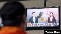 지난해 10월 북한 경비정 1척이 연평도 인근 서해 북방한계선(NLL)을 침범한 뒤 한국 군의 경고사격을 받고 퇴각했다. 인천항 연안여객터미널에서 한 주민이 TV 보도를 시청하고 있다. (자료사진)