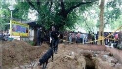 پلیس هند از سگ های ردیاب در خارج از ساختمان دیوان علی در دهلی نو استفاده کردند. ۷ سپتامبر ۲۰۱۱