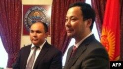 Посол Кыргызстана в США Муктар Джумалиев (справа) и министр иностранных дел Кыргызстана Руслан Казакбаев (слева)