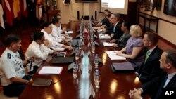 2013年8月14日美、菲谈判人员讨论美军驻扎菲律宾问题(资料照片)