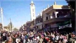 معترضان سوری در حمص. ۲۹ آذر ماه ۱۳۹۰ (۲۰ دسامبر ۲۰۱۱) (این تصویر را شبکه خبری شمس منتشر کرده است)