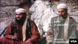 坐在本拉登身边的苏莱曼•阿布•吉斯(左)