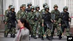Cảnh sát Trung Quốc tuần tra gần Quảng trường Nhân dân ở Urumqi, Tân Cương.