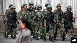 중국 신장 자치구 수도 우루무치에서 폭탄 테러가 발생 하루만인 지난 23일 군인들이 테러 현장 주변을 순찰하고 있다.