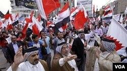 Warga Syiah Irak di Baghdad melakukan unjuk rasa solidaritas mendukung para demonstran di Bahrain (23/4).