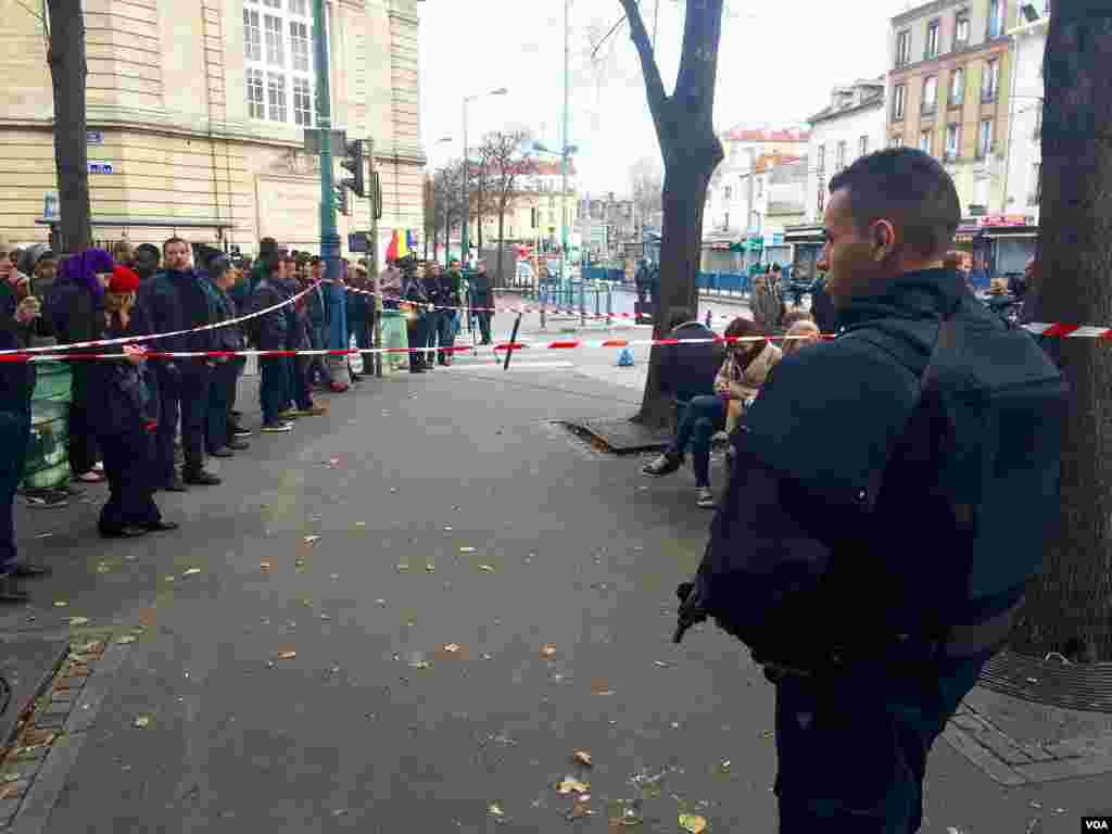Crowd at standoff in Saint Denis, near Paris, where riot police and military were deployed during raid to find terror attack mastermind, Nov. 18, 2015. (Photo: D. Schearf / VOA)