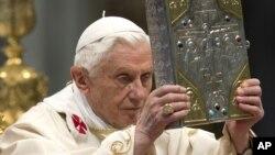 天主教教宗本笃十六世在2012年11月的弥撒中举着圣经福音书