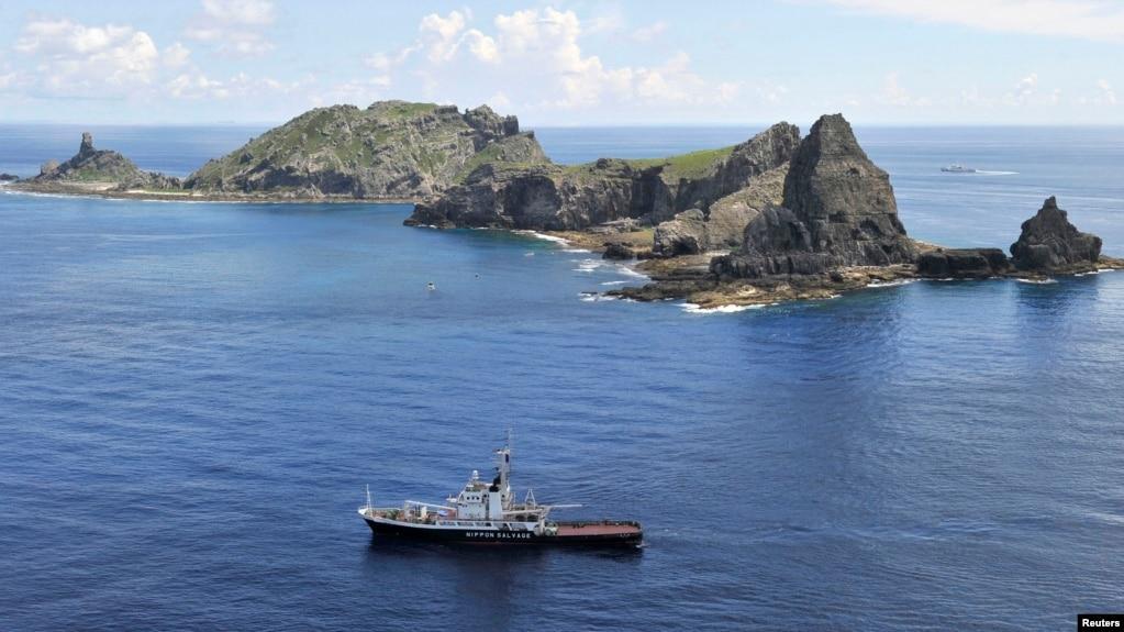 资料照:日本东京市政府测量船在日本称作尖阁列岛、中国称作钓鱼岛的岛屿旁。 (photo:VOA)