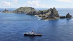 资料照:日本东京市政府测量船在日本称作尖阁列岛、中国称作钓鱼岛的岛屿旁。