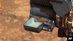 Na'urar Curiosity dauke da garin da ta hako daga cikin wani dutse a duniyar Mars
