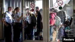 Pengungsi tiba di Rodby di Denmark, sementara polisi Denmark membawa mereka ke sebuah gedung di pelabuhan, 8 September 2015.
