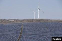 중국 국가전령망공사가 운영하는 허베이성 장지커우 시의 풍력과 태양력 발전소 시설. (자료사진)