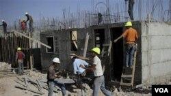 Pekerja konstruksi Palestina membangun permukiman Yahudi Kiryat Arba, dekat Hebron, di Tepi Barat (foto: Oktober 2010).