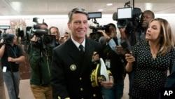 被川普总统提名为退伍军人事务部部长的白宫医生、海军少将罗尼·杰克逊在与某些参议员会面后离开国会山。(2018年4月24日)