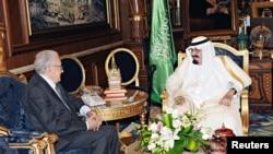 ກະສັດ Abdullah (ຂວາ) ແຫ່ງຊາອຸດີ ອາຣາເບຍ ຊົງພົບປະ ກັບທູດພິເສດນາໆຊາດ ທ່ານ Lakhdar Brahimi ທີ່ພະລາດຊະວັງໃນນະຄອນ Jeddah (12 ຕຸລາ 2012)