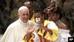 پاپ فرانسیس با حامیانش سلفی می گیرد.