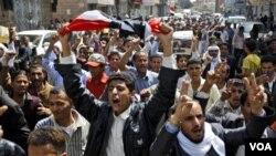 Demonstran anti pemerintah di Yaman merayakan pengunduran diri Presiden Mubarak sambil terus menuntut mundurnya Presiden Saleh, Sabtu (12/2).