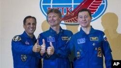 Tiga Astronot ekspedisi 31 ke stasiun antariksa ISS dari kiri: Joe Acaba, Gennady Padalka dan Sergei Revin berpose sebelum keberangkatan di Baikonur, Kazakhstan (14/5).