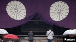 旅行者们参观日本的靖国神社