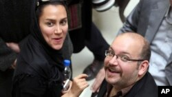 FILE - Jason Rezaian (r) and his wife, Yeganeh Salehi, at a political event in Tehran, April 11, 2013.