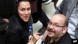 Джейсон Резаян и его жена Еганех Салехи в Тегеране в 2013 году