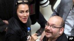 Jason Rezaian ve kendisi gibi gazeteci olan eşi Yegane Salihi, geçen Temmuz'da İran güvenlik kuvvetlerinin Tahran'daki evlerine düzenlediği baskında tutuklandı. Salihi Ekim ayında kefaletle serbest kalsa da Jason Rezaian dokuz aydır cezaevinde.