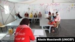 Sebuah kelompok diskusi yang diorganisir UNICEF dan Save the Children di kamp Zaatari, tempat remaja perempuan membahas isu-isu seperti pendidikan, perlindungan dan keluarga. (UNICEF/Alexis Masciarelli)