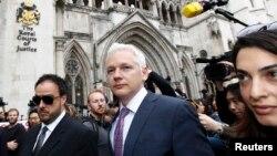 Julian Assange, fondateur de Wikileaks, au centre, quitte la Haute cour, avec son avocate britannique Amal Alamuddin (D) à Londres, 13 juillet 2011.