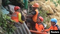 20일 태풍 '망쿳'으로 인한 산사태가 발생한 세부 나가 시에서 구조대원들이 구조자 수색작업을 하고 있다.