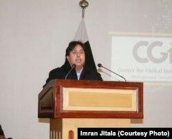 سوشل انٹرپرینیورشپ پروگرام کے کو فاونڈر عمران جتالا نمل یونیورسٹی کی افتتاحی تقریب میں تقریر کر رہے ہیں۔