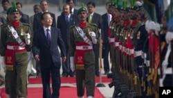 ນາຍົກລັດຖະມົນຕີຈີນ ທ່ານ Wen Jiabao (ກາງ) ພວມກວດແຖວທະຫານກອງກຽດຕິຍົດ ໃນພິທີຕ້ອນຮັບ ຢ່າງເປັນທາງການ ທີ່ນະຄອນຫຼວງອິສລາມາບັດ (17 ທັນວາ 2010)