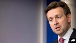 Le porte-parole Josh Earnest a refusé de confirmer si le président Barack Obama envisage des frappes aériennes contre l'Etat Islamique
