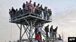 Sirijske izbeglice posmatraju granicu iz jednog od izbegličkih logora u Turskoj