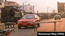 Les gendarmes camerounais déployés à Douala pour empêcher une manifestation du Social democratic front, sur le fédéralisme au Cameroun, le 4 mars 2017. (VOA/Emmanuel Ntap)