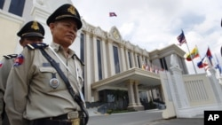 Cambodian police officers stand guard in front of the Peace Palace ahead of the ASEAN Summit and related meetings in Phnom Penh, Cambodia, November 17, 2012.