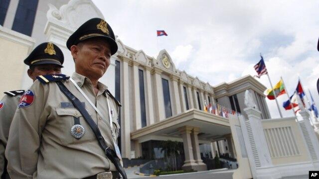 Cảnh sát Campuchia canh gác trước Cung điện Hòa bình ở thủ đô Phnom Penh.