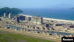 북한 조선중앙통신이 지난해 5월 공개한 원산-갈마 해안관광지 건설 현장. 당시 김정은 국무위원장이 직접 현장을 시찰했다.