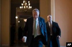 El líder de la minoría del Senado, Chuck Schumer, demócrata por Nueva York, camina hacia su oficina en el Capitolio, el miércoles 23 de enero de 2019.