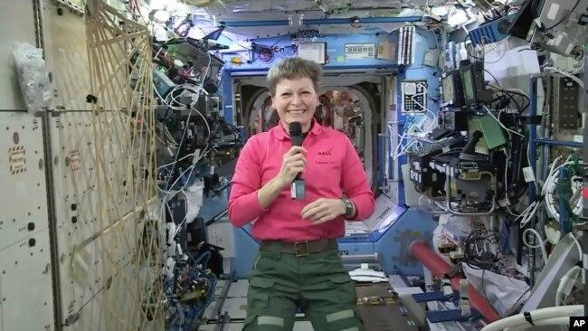 La astronauta estadounidense Peggy Whiston es vista durante una entrevista a bordo de la Estación Espacial Internacional el 13 de abril de 2017.