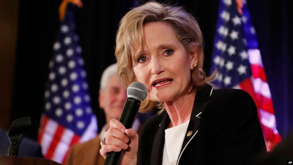 Thượng nghị sỹ đảng Cộng hòa của Mỹ Cindy Hyde-Smith tại một buổi họp ở Jackson, Mississippi, hôm 27/11/2018. Hà Hyde-Smith ca ngợi phán quyết cuối cùng của Cơ quan Thương mại Quốc tế nhằm áp thuế cao hơn để chống bán phá giá đối với cá tra-basa của Việt Nam nhập vào Mỹ.