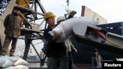 지난 2003년 북한 남포항에서 북한 인부들이 유엔 산하 세계식량계획이 지원한 식량을 트럭에 싣고 있다. (자료사진)