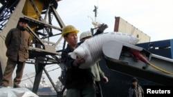 북한 남포항에서 인부들이 유엔 산하 세계식량계획을 통해 지원된 식량을 운반하고 있다. (자료사진)