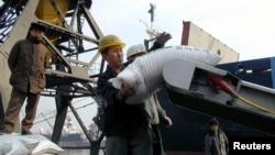북한 남포항에서 인부들이 유엔 산하 세계식량계획 WFP를 통해 지원된 식량을 운반하고 있다. (자료사진)
