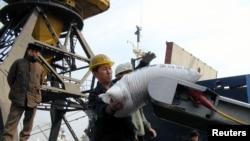 지난 2003년 북한 남포항에서 인부들이 유엔 산하 세계식량계획을 통해 지원된 식량을 운반하고 있다. (자료사진)