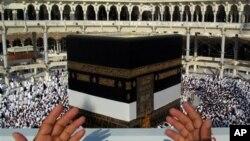 Alhazai sun taru kusa da birnin Makka mai tsarki a Saudiya ranar Litinin 14 ga watan Oktoba shekarar 2013.